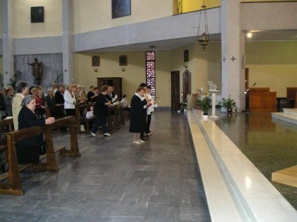 21°) (Foto del 2008) Nella S. Messa le nuove sorelle pronunciano l'atto di Consacrazione.