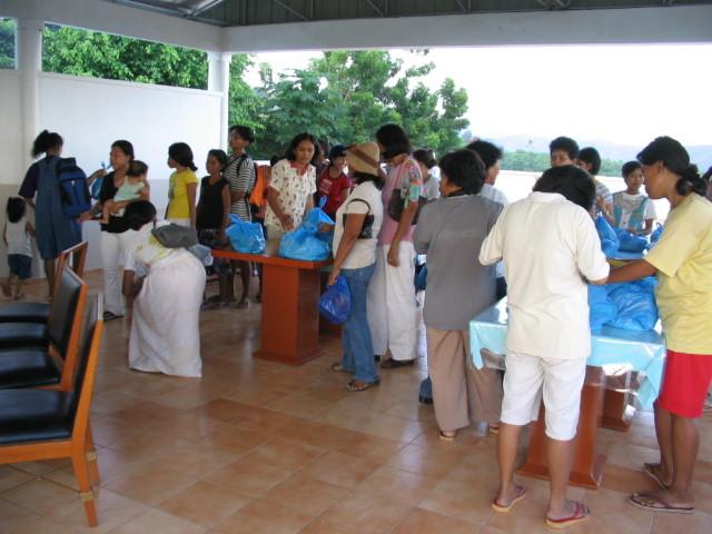 3°) Distribuzione dei viveri...