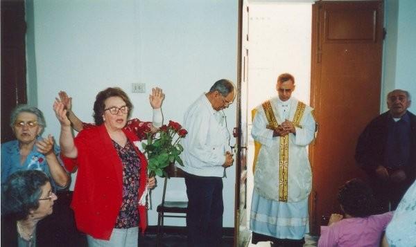 16°) (Foto del 2002) P. Luigi nel salone per la celebrazione della S. Messa di ringraziamento.