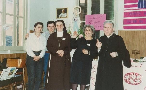 8°)   (Foto del 1990) Giornata di Effusione con la compianta Suor Edda.