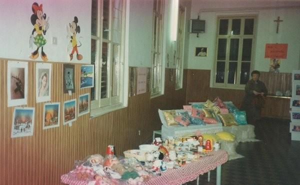 7°)   (Foto del 1989) Il primo Mercatino Missionario.