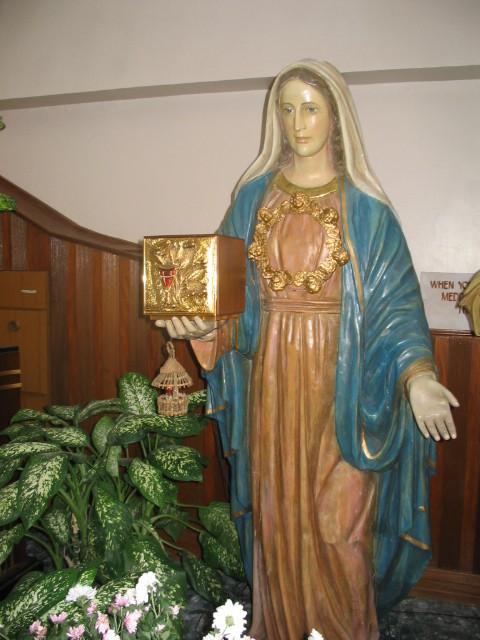 10°) Interno della Cappella... Maria S.S. tiene in mano il Tabernacolo.