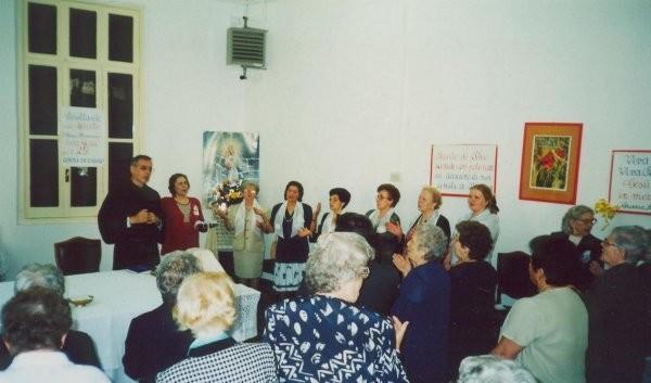 15°) (Foto del 2002) L'assemblea loda il Signore per la grazia del 25° anno di vita del Gruppo.