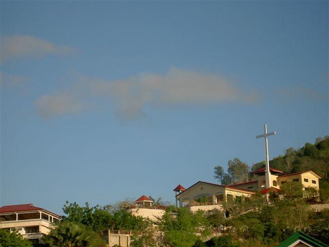 22°) La Croce sovrasta la Missione.