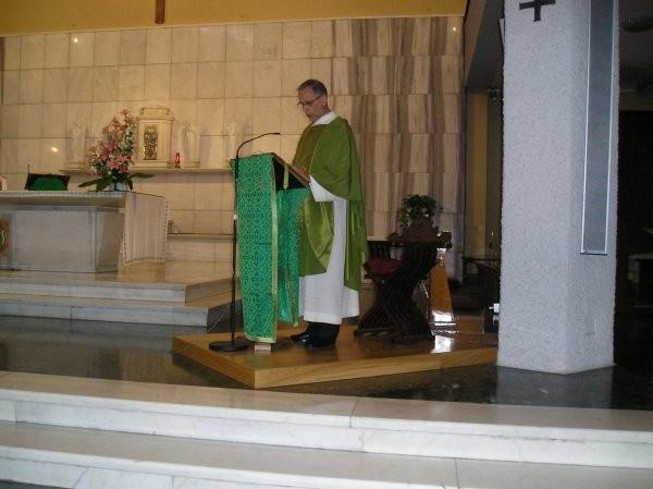 22°) (Foto del 2008) Padre Luigi Kerschbamer celebra la S. Messa.
