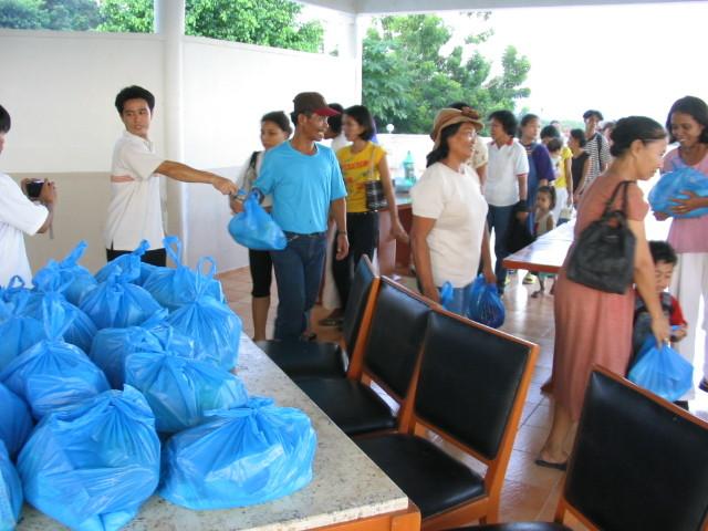 4°) Distribuzione dei viveri.