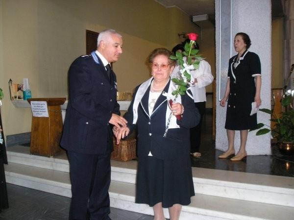 20°) (Foto del 2008) Il Commissario di Polizia Dott. Lorenzo Patti accoglie la mamma per l'Effusione.