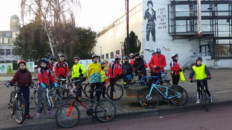 Les cyclos, petits et grands, prêts à partir pour La Neuville en Hez