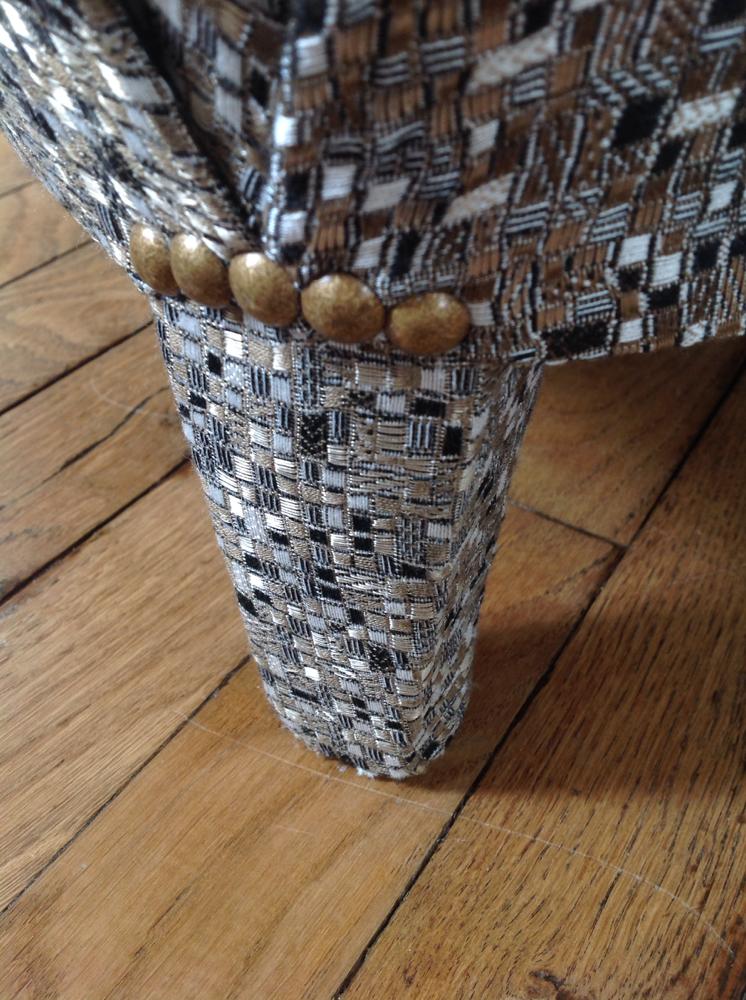 zoom sur un pied de fauteuil de style Napoléon III, avec une finition gainée avec un tissu de chez Lelièvre