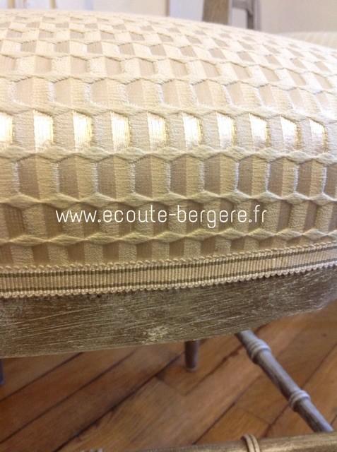 Autre version du tissu Bric Lelièvre, faux-uni alternant mat et brillant sur une trame structurée géométrique, assorti  à un galon ruban à bandes bicolores dans les tons écru et beige
