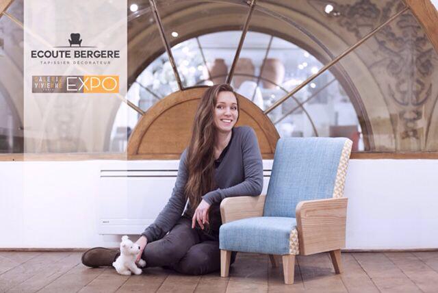 Ecoute Bergère, votre tapissier, accoudée à sa création, un fauteuil scandinave, taille enfant - Photo : Fleurs de Coriandre
