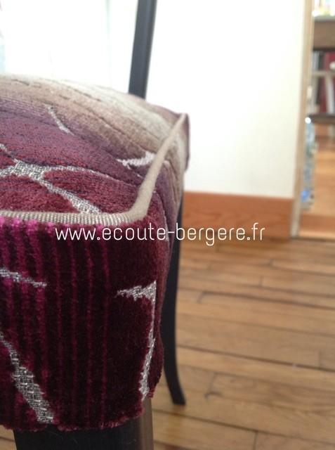 un passepoil beige Houlès marque l'arête d'un fauteuil Bridge au tissu velours aubergine. rélisé par Ecoute Bergère tapissier ecoresponsable