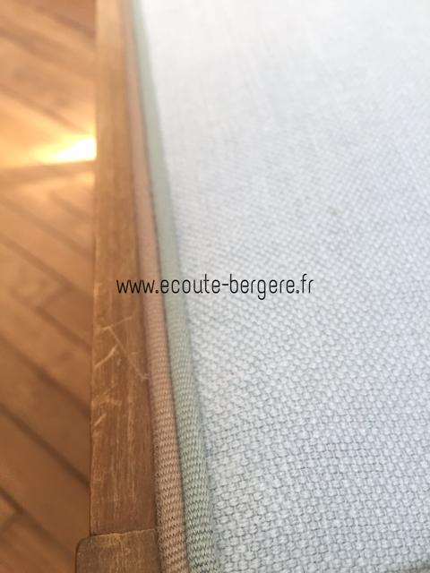 Double passepoil bicolore bleu ciel et beige en finition sur cette chaise de style Art Déco restaurée avec douceur par Ecoute Bergère