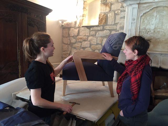 Juliette, le tapissier et Esther, l'ébéniste du fauteuil 1083 jeans, conçu et fabriqué localement, un produit écoresponsable fait en France