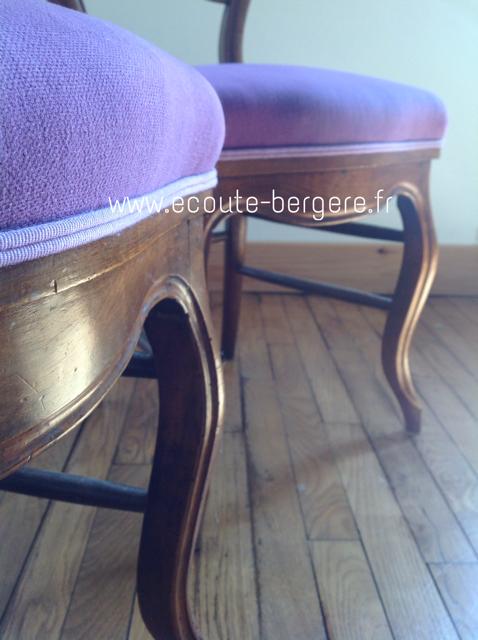 Deux chaises de style Louis Philippe avec tissu mauve et passepoil assorti, respect des lignes et du bois par Ecoute Bergère Tapissier