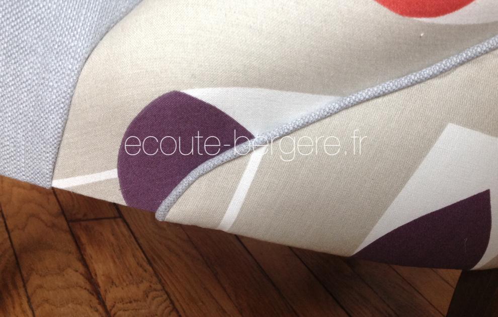 Passepoil sur la jonction du dos extérieur et de l'assise d'un fauteuil crapaud Napoléon III restauré par Ecoute Bergère tapissier ecoresponsable, alliance de tissus à motifs tulipes stylisées et coordonné uni