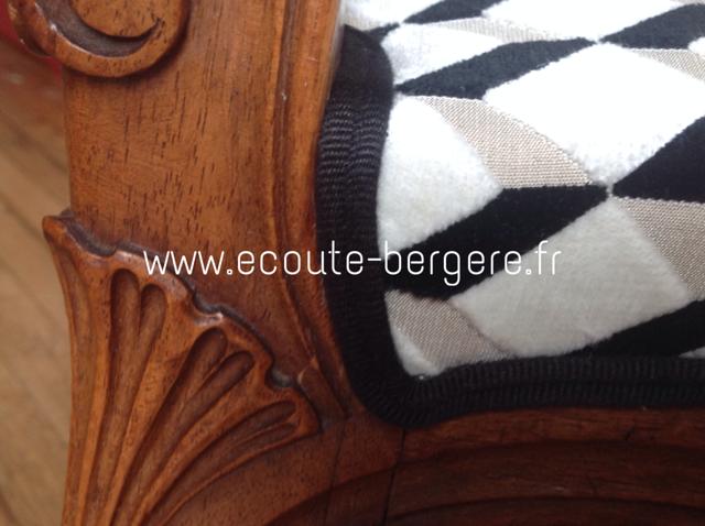 Détail du double passepoil Houlès noir et velours géométrique noir et blanc graphique sur un tabouret curule de style Louis XV, restauration réalisée par Ecoute Bergère