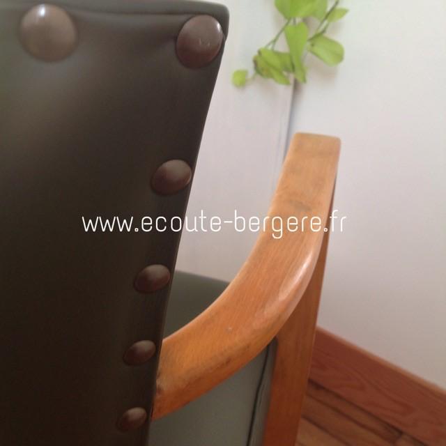 Zoom sur le dossier extérieur d'un fauteuil Bridge recouvert de Simili vert Tassin, et maintenu par des gros clous très espacés, Houlès. Rénovation par Ecoute-Bergère