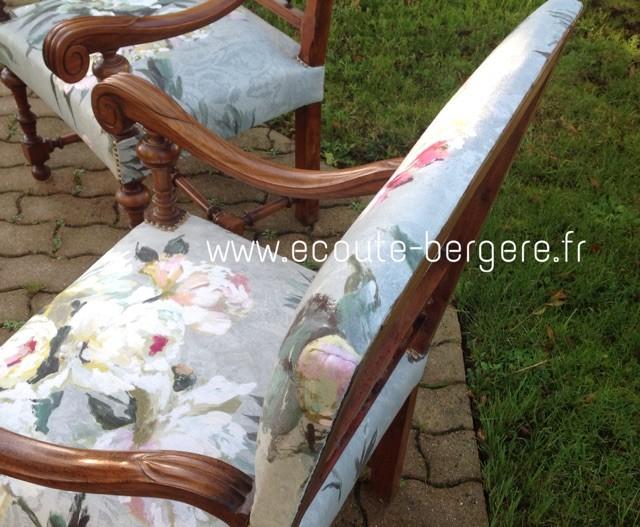 vue en plongée d'un couple de fauteuils Louis XIII, tissu à grosses fleurs designers Guild, finition parementée invisible sur le haut du dossier