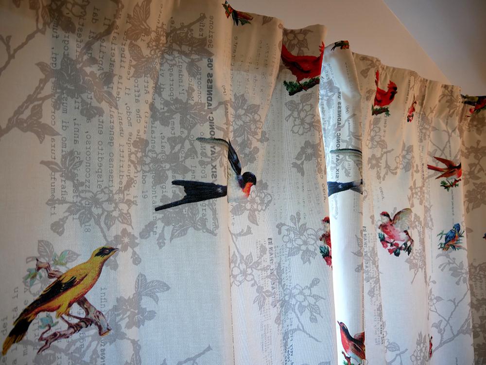 Exemple de rideaux. Tissu «oiseaux» distribué par Ecoute Bergère. Crédit photo et réalisation cmttl