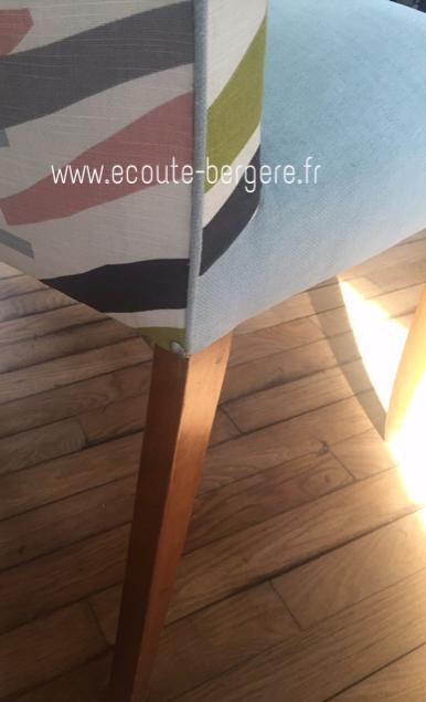 Passepoil contrasté fabriqué dans le même tissu que l'assise unie, posé sur l'arête du dossier extérieur de ce fauteuil bridge remis à neuf par Ecoute Bergère