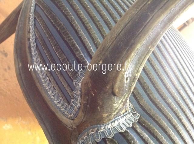 détail de finitions sur un fauteuil Louis XV: une lézarde dentelée aux tonalités bleu-gris (Houlès) est assortie au tissu Stick Lelièvre à rayures en velours gris sur fond bleu (Lelièvre)