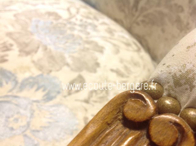 gros plan sur l finition clous dorés coloris bronze sur un canapé de style Louis XV - Tissu Designers Guild