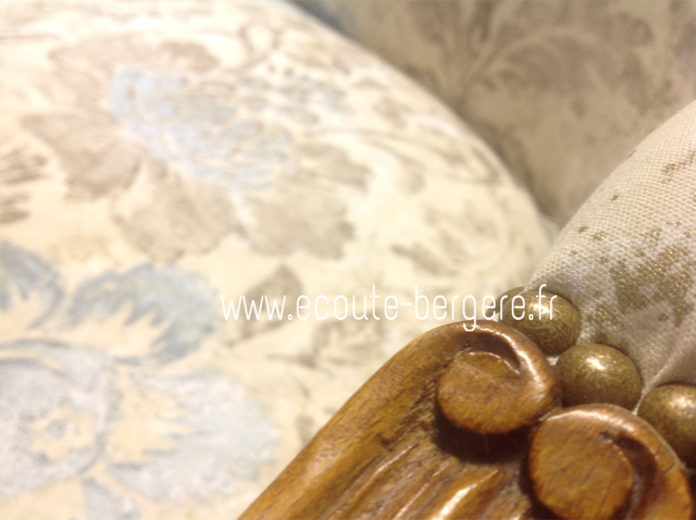 Gros plan sur la finition clous dorés coloris bronze sur un canapé de style Louis XV - Tissu Designers Guild, restauration Ecoute Bergère