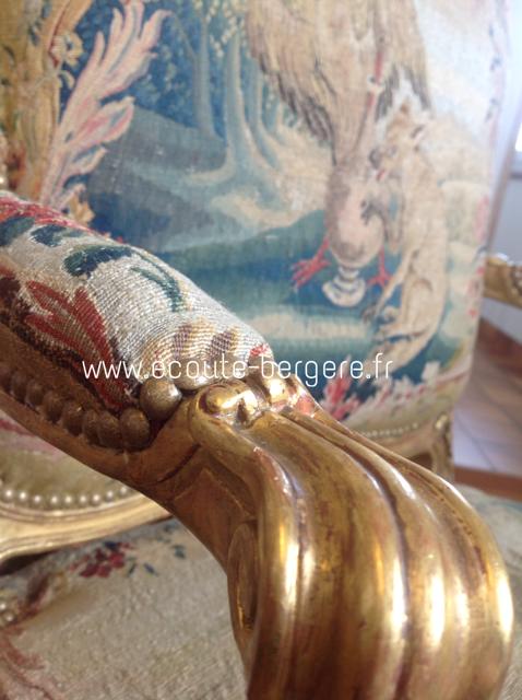 Détail de la finition clous dorés tapisserie d'époque sur un fauteuil dossier à la Reine de style Louis XV restauré par Ecoute Bergère
