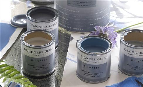 Pots de peinture de la gamme Designers Guild assorties aux tissus et papiers peints DG