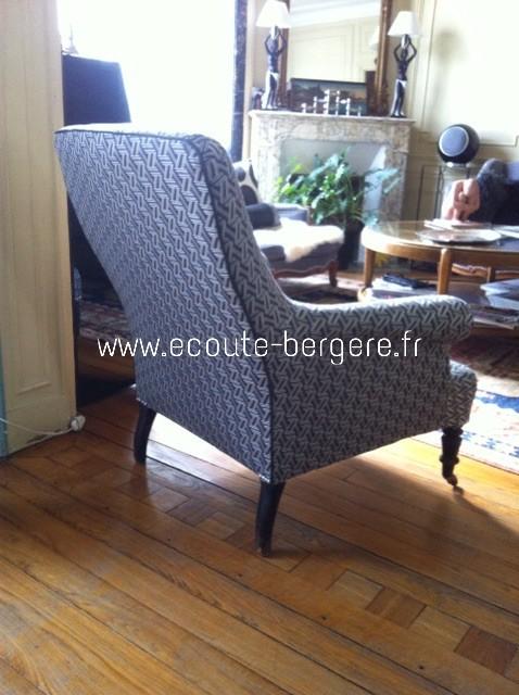 Fauteuil anglais tissu à motifs géométriques Lelièvre, dont l'arête du dossier extérieur est ornée d'un passepoil anthracite assorti, fait à partir d'un tissu Casamance