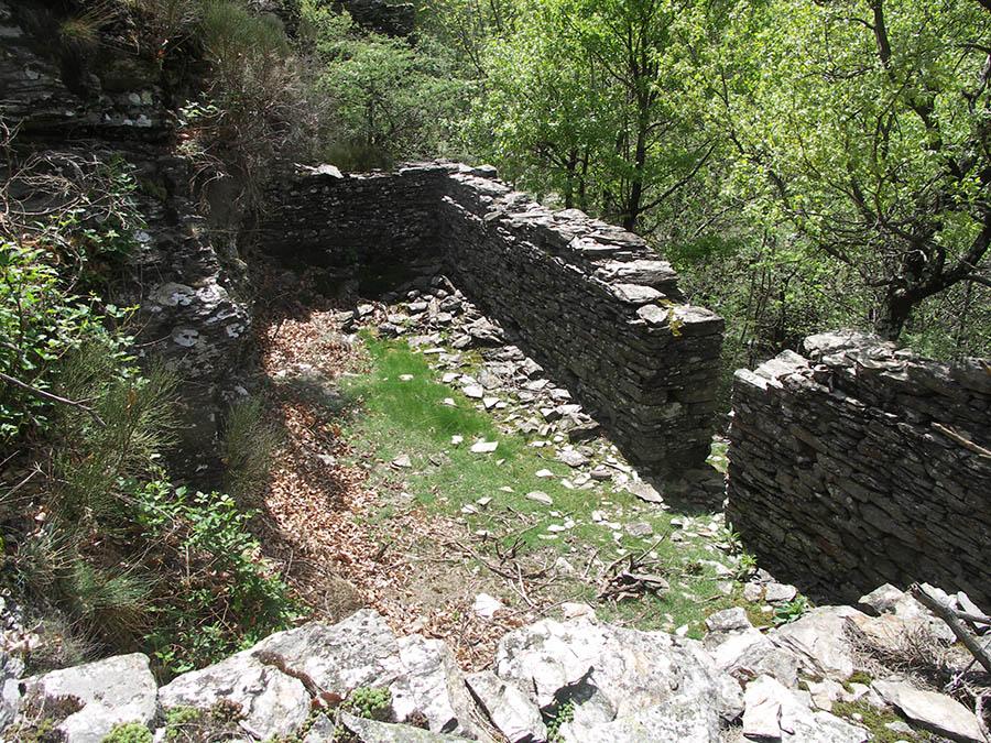 Vialas logement de mineurs : Ruines d'une « caserne ouvrière »,  dortoir destiné à loger des mineurs venus de loin, construite en 1828