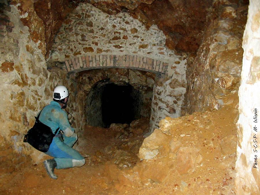 Carrefour et Soutènement maçonné : Travaux de renforcement en maçonnerie dans la grotte-mine (exploitation du remplissage d'une ancienne grotte) de phosphate de Tavel (vers 1880)
