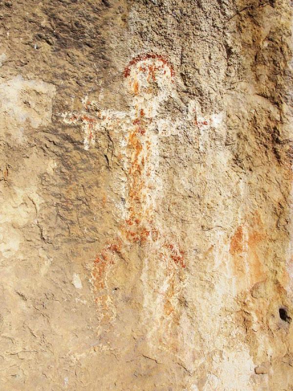 Dessin de personnage sur la paroi d'une petite grotte ayant servi d'ermitage dans les gorges du Gardon