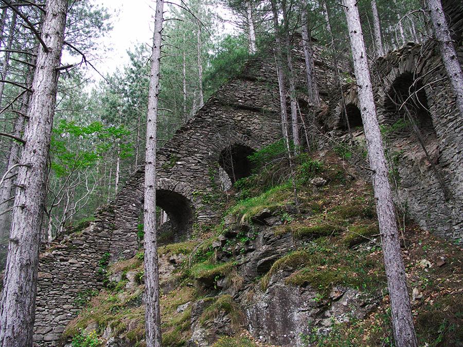 Vialas cheminée rampante : la cheminée de l'ancienne usine de traitement du minerai de plomb argentifère profitait de la forte pente du versant pour s'élever de près de 100 m avant d'atteindre la partie verticale