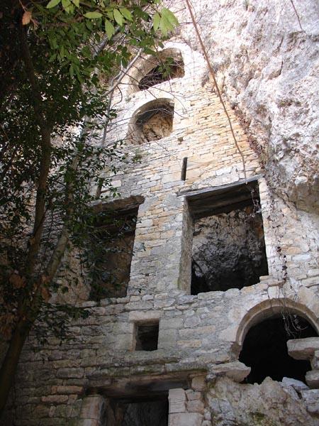 Le mur fortifié de la baume dans Templiers de Montclus serait celui d'un couvent bénédictin du XIIIème siècle, habité et remanié jusqu'au XIXème