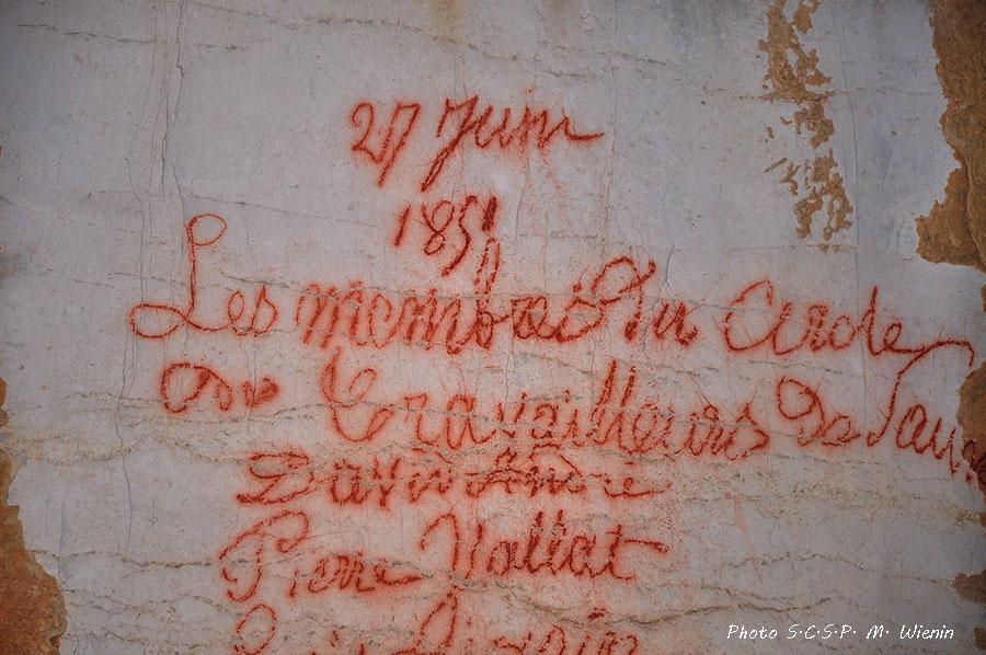 Des ouvriers syndicalistes menacés par la police de la 2de république se réunissaient clandestinement dans la grotte du salpêtre de Sauve et ont laissé leurs noms sur une paroi