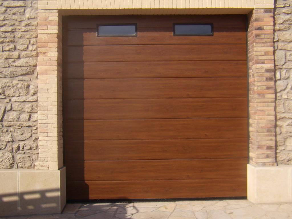 Porta seccional amb imitació a fusta