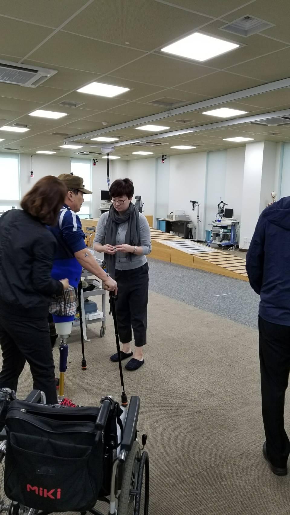 リハビリテーションセンターにて片足義足の方の歩行動作解析様子を見学