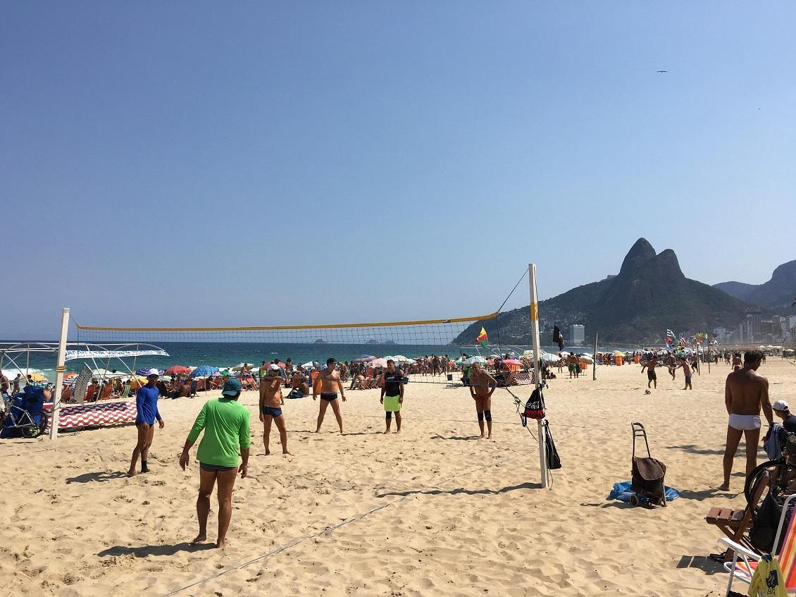 コパカバーナ海岸 ビーチバレーやサッカーを楽しむブラジル人