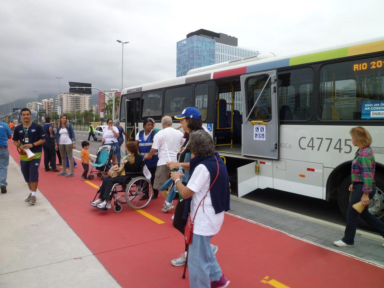市バスを利用する車いすユーザーと補助スタッフ