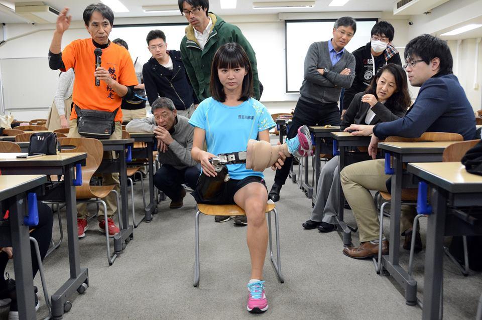 日常用の義足は膝が横回転できます。靴や洋服の着脱、椅子の無い所で座る際に便利