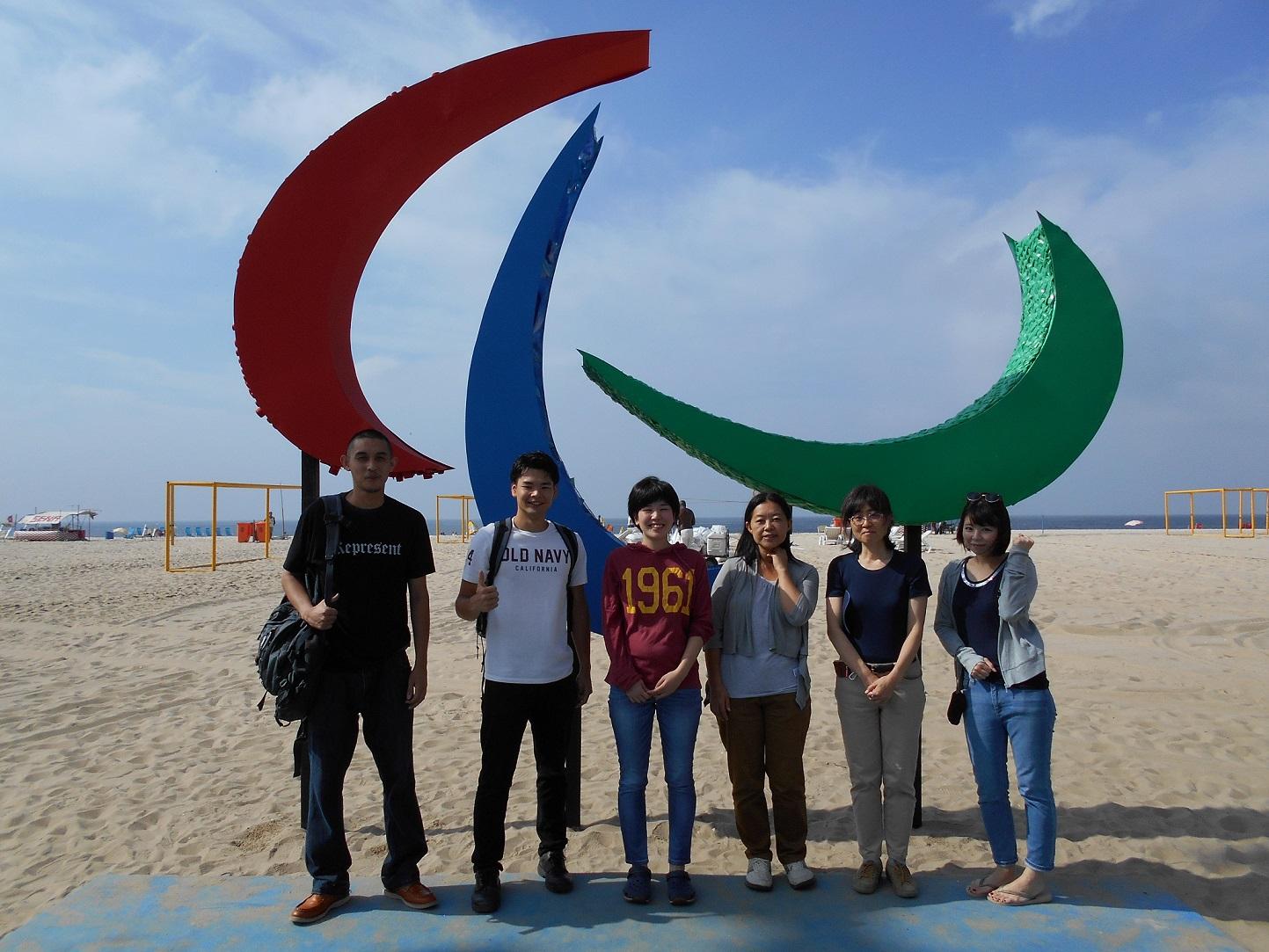コパカバーナ海岸に立つパラリンピックのシンボルマーク「スリーアギトス」