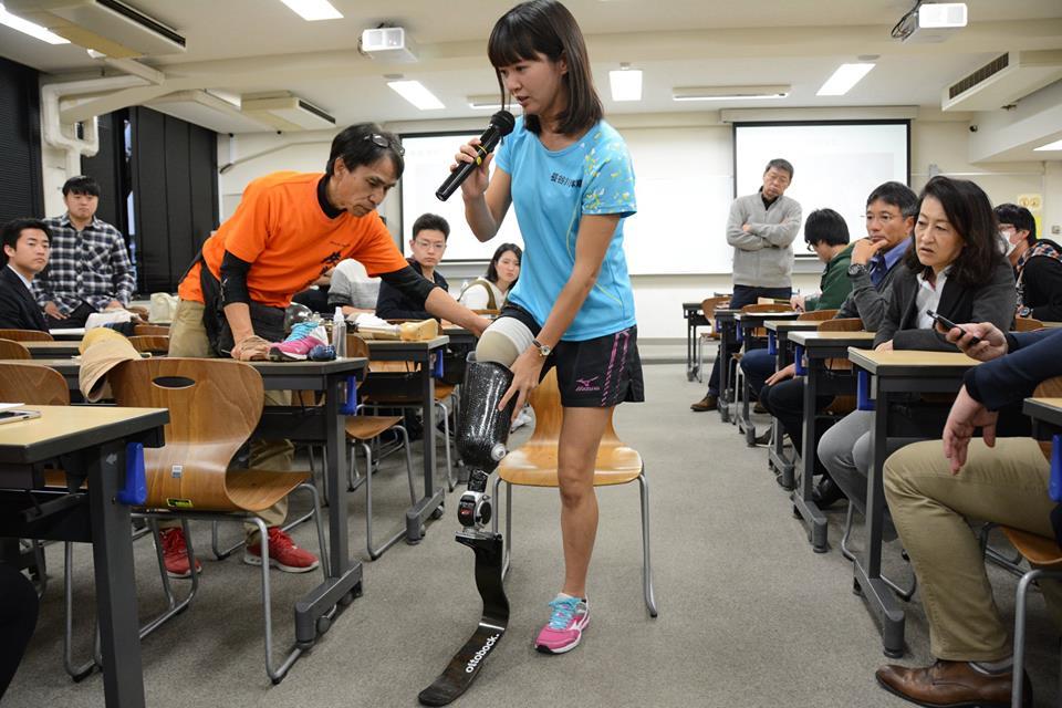 スポーツ用義足に履き替えて頂きます