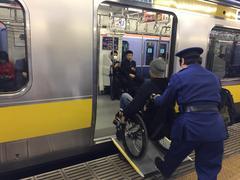車いすで電車に乗る学生