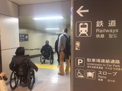 成田空港ターミナルから京成スカイライナー乗り場を目指す学生たち