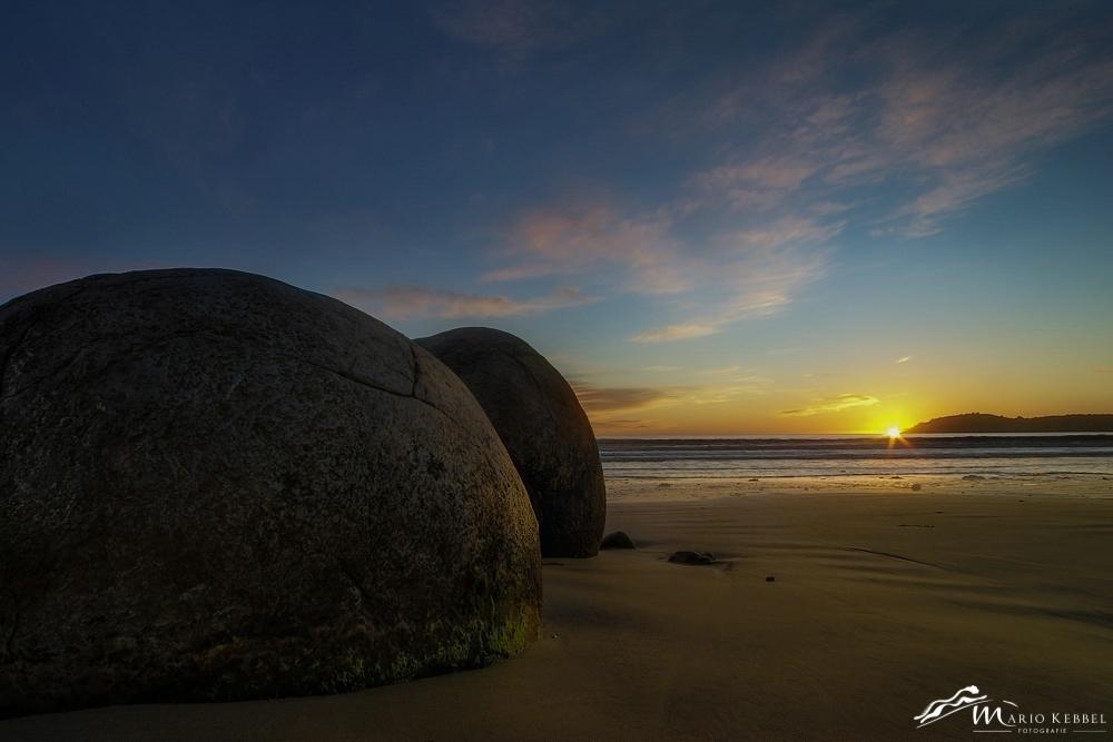 South Island: Sonnenaufgang am Moeraki Boulders Beach