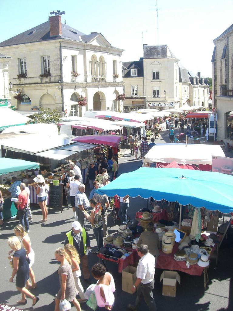 Jour de marché  place Jules Cibot Bourgueil
