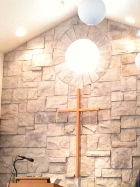 十字架と石の壁