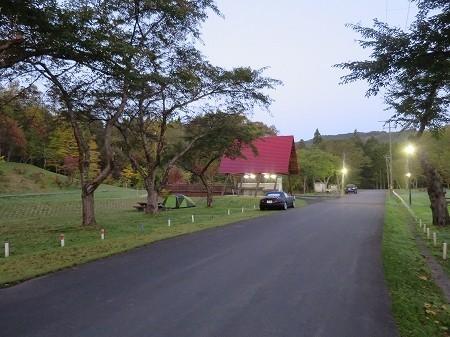 2014年10月 道路を挟んで左は川べりサイト、右は芝生の広大なサイト